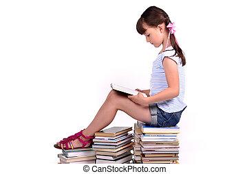 meisje, zittende , op, een, groot, menigte van boeekt, en, lezende