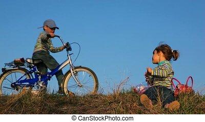 meisje, zitting op het gras, dan, een, jongens, komen, om te, haar, op, de, bicycle., zij, chating
