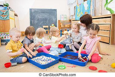 mejorar, profesor, jardín de la infancia, destreza de motor, manos, niños