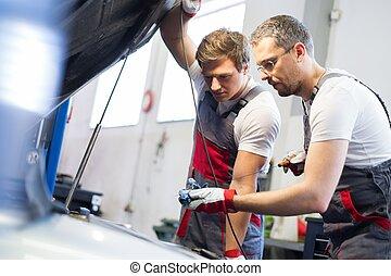 mekanik, olie, niveau, checking, automobilen, to, værksted
