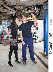 mekaniker, förklarande, bilen reparerar