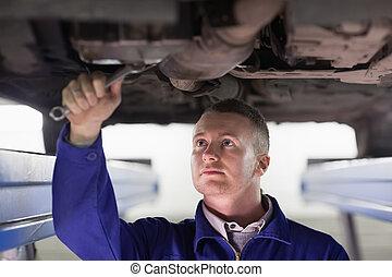 mekaniker, reparation, a, bil, med, a, skruvnyckel
