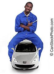 mekaniker, siddende, på, en, automobilen, og, holde, en, lug skiftenøgl