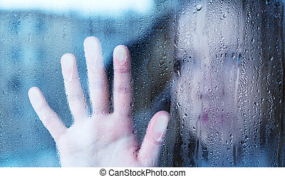 melancholie, en, verdrietige , jonge vrouw , op het venster, in de regen