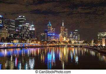 melbourne, stad horisont, om natten, med, den, synhåll, av, drottningarna, bro, över, den, yarra flod