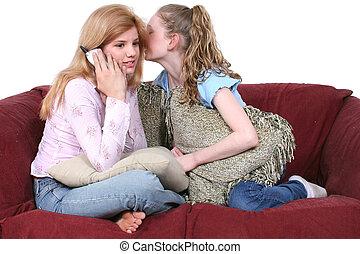melhores amigos, fofoque, telefone, sentar sofá