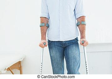 mellemst sektion, i, en, mand, hos, det crutches, ind, medicinsk kontor