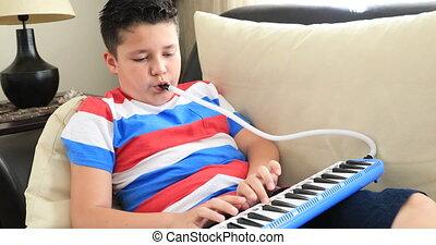 melodica, écolier, portrait, heureux, jouer, maison