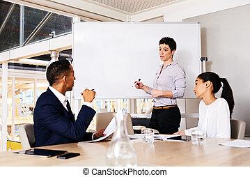 membres, donner, femme affaires, camarade, planche, mûrir, présentation, caucasien