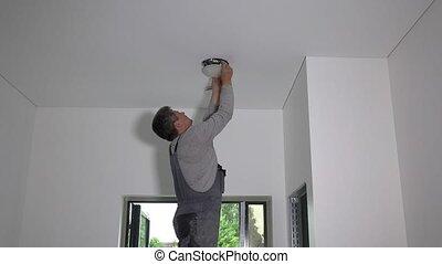 mené, lampe, installer, lumière, trou, homme, plafond