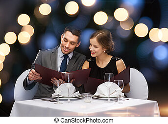 menús, pareja, sonriente, restaurante