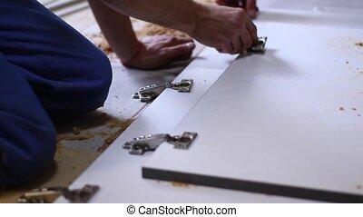 men., met, unrecognizable, repairs., facade., remodeler, processus, fettler, appartement, fullhd, renovation., charnières, porte, footage.