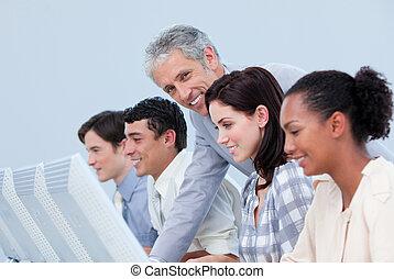 menedzser, érett, employee's, övé, átvizsgálás, munka, bájos