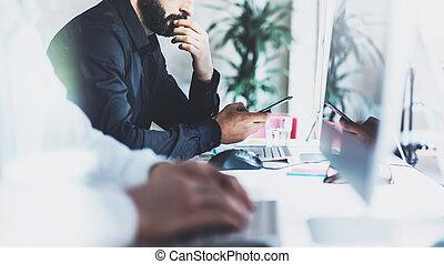 menedzser, ügy, modern, film, coworking, effect., életlen, fénykép, hivatal., project., számítógép, asztal, visszaverődés, eljárás, új, desktop, startup, fiatal, befog, legénység, munka, horizontális, dolgozó, monitor., kreatív, ellenző