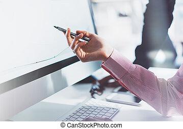 menedzser, ügy, screen., modern, bemutatás, film, effect., életlen, monitor, fénykép, hivatal., számítógép, kiállítás, asztal, kéz, új, desktop, eljárás, kisasszony, horizontális, dolgozó, terv, visszaverődés., startup