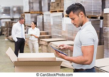menedzser, használ, digital tabletta, alatt, raktárépület