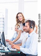 menedzser, igazgatók, számítógépek, használ, fejhallgatók