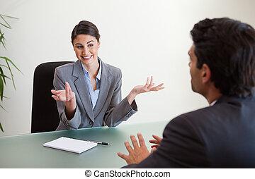 menedzser, mosolygós, interjúvolás, munkavállaló