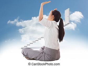 mener, jambes, contre, porte, étapes, pousser, croix, femme affaires, ciel, haut, fermé, séance