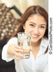 menina, água potável