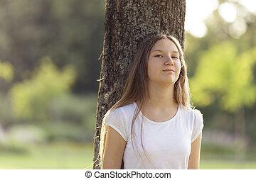 menina, árvore, jovem, inclinar-se