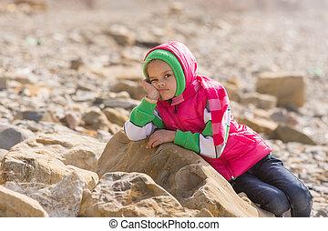 menina, aborrecido, em, a, litoral, em, a, offseason, dite, ligado, um, grande, rocha