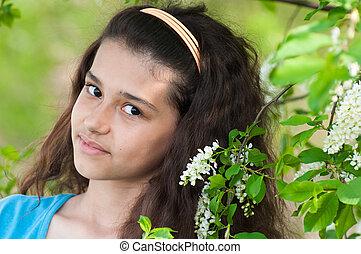 menina adolescente, com, florescer, pássaro, cereja