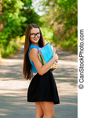 menina adolescente, com, livros, em, mãos