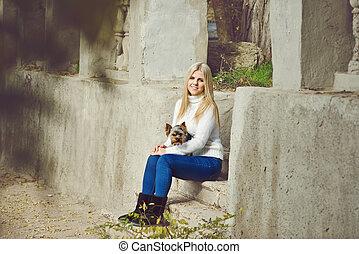 menina adolescente, com, pequeno, cão