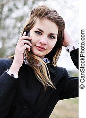 menina adolescente, com, telefone móvel