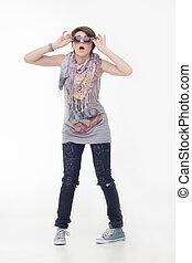 menina adolescente, em, calças brim, e, óculos de sol