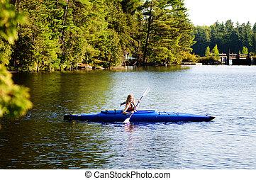 menina adolescente, em, um, kayak, ligado, a, lago