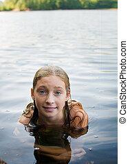 menina adolescente, natação, em, um, lago