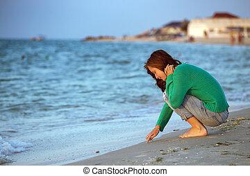 menina adolescente, praia, sentando