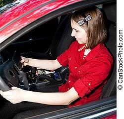 menina adolescente, texting, e, dirigindo