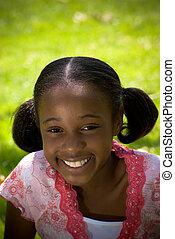 menina africano-americana, sorrindo