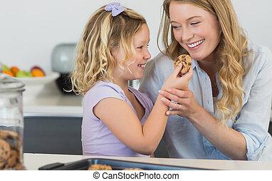 menina, alimentação, biscoito, para, mãe, em, cozinha