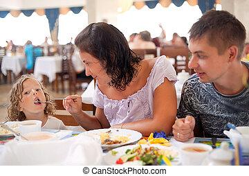 menina, alimenta, junto., tendo, pai, plugue, jovem, mum, caucasiano, filha, jantar familiar, cafe., mãe
