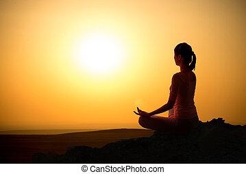menina, ao ar livre, ioga, amanhecer