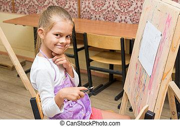 menina, artista, com, um, sorrizo, olhar, em, a, quadro, ligado, a, desenho, lição