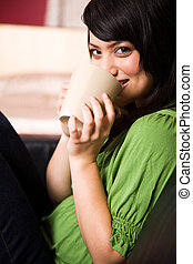 menina asiática, com, xícara café