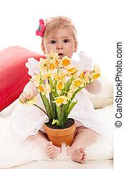menina bebê, com, narcisos silvestres, em, um, pote