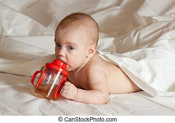 menina bebê, com, xícara sippy