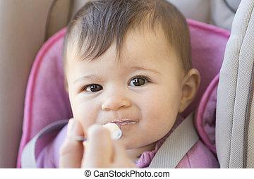menina bebê, comer, yogurt