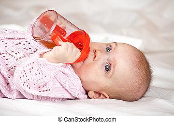 menina bebê, deitando, witn, garrafa