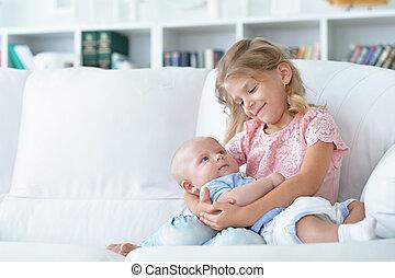 menina bebê, segurando, dela, irmão