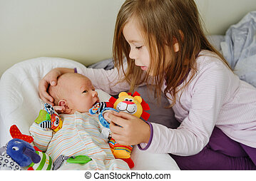 menina bebê, tocando, irmão