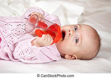 menina bebê, xícara sippy