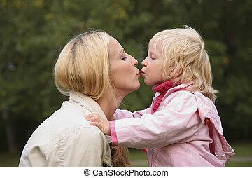 menina, beijo, mãe