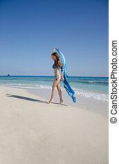 menina, biquíni, saudável, verão, divertimento, conceito, vento, sporty, feliz, dançar, ajustar, liberdade, mulher, desfruta, praia, corporal